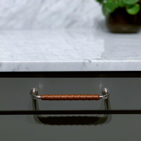 Handtag 1353 128mm fornicklad laderlindad brun fram
