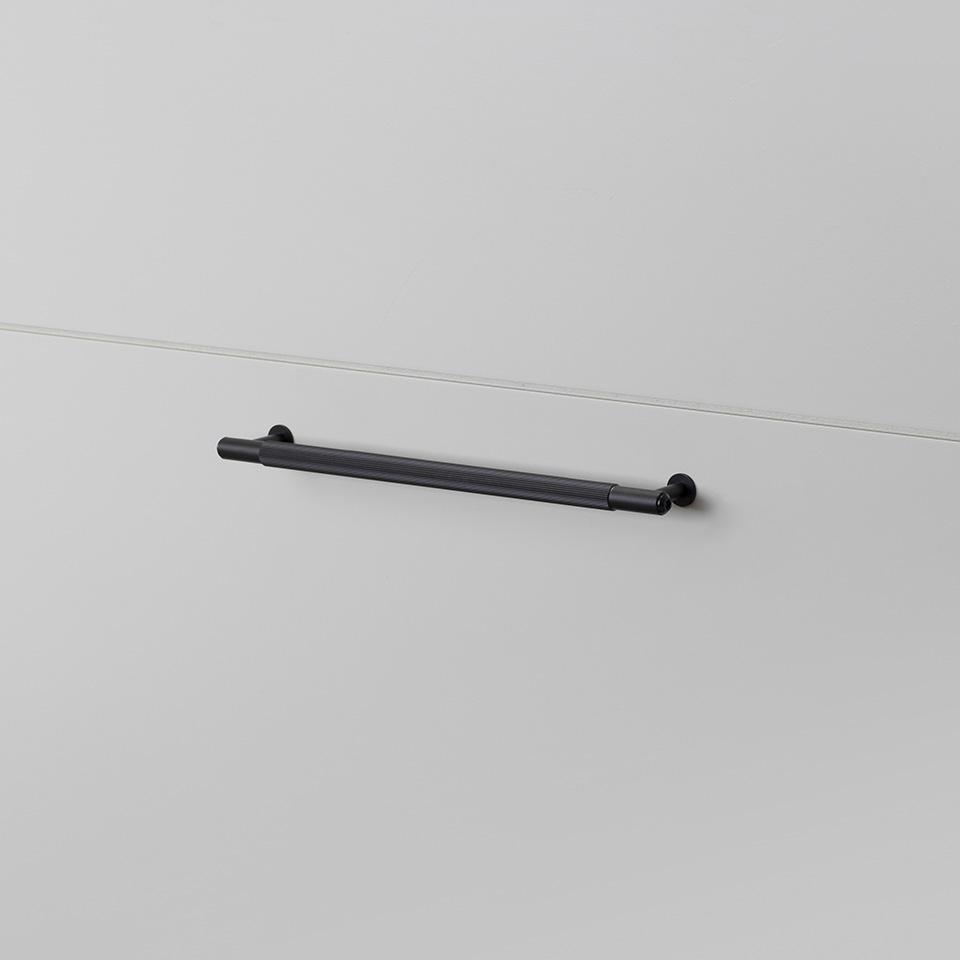 BP Pull Bar Linear Medium Black
