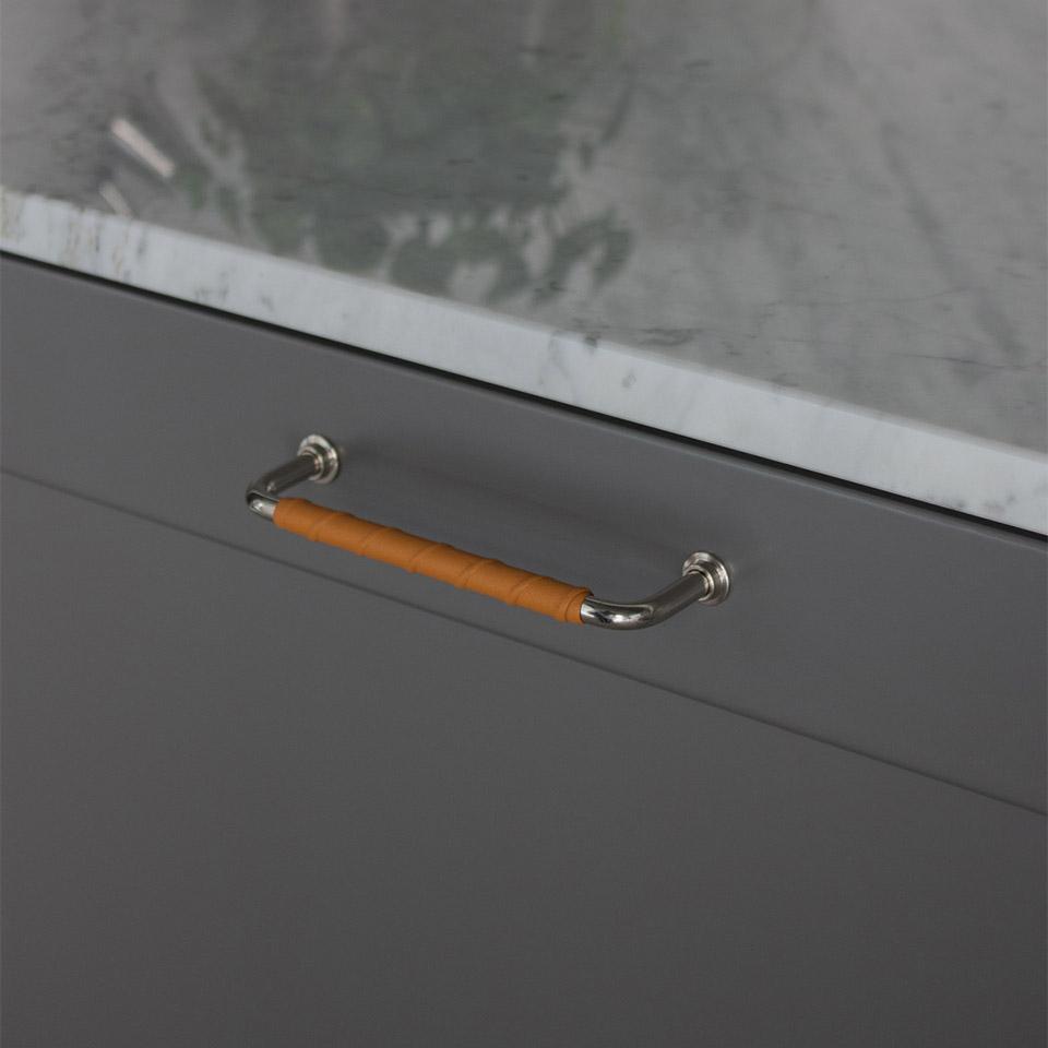 Handtag 1353 128mm fornicklad laderlindad natur 960x960px