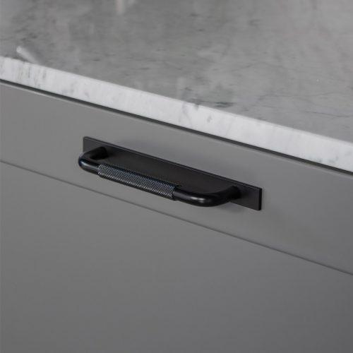 Handtag Helix bricka svart 128mm 960x960px