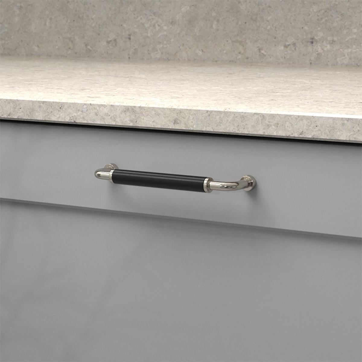 Handtag brohult m fornicklad svart 397045 11 cc 128 mm ncs s 4500 n kalksten spegellucka