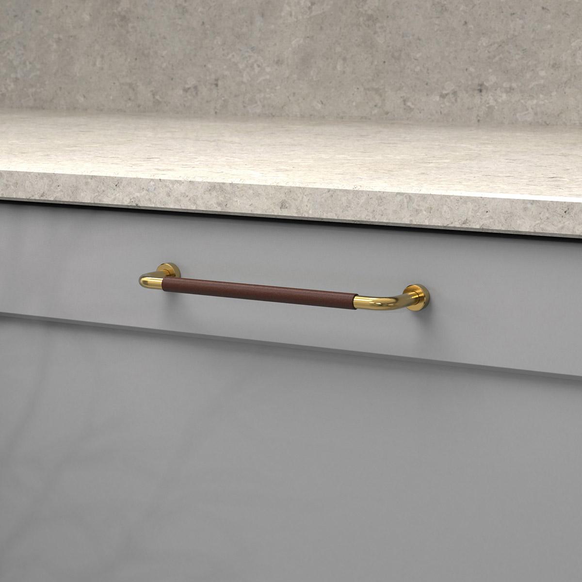 Handtag lounge polerad massing ladersvept brun 370103 11 cc 160 mm ncs s 4500 n kalksten