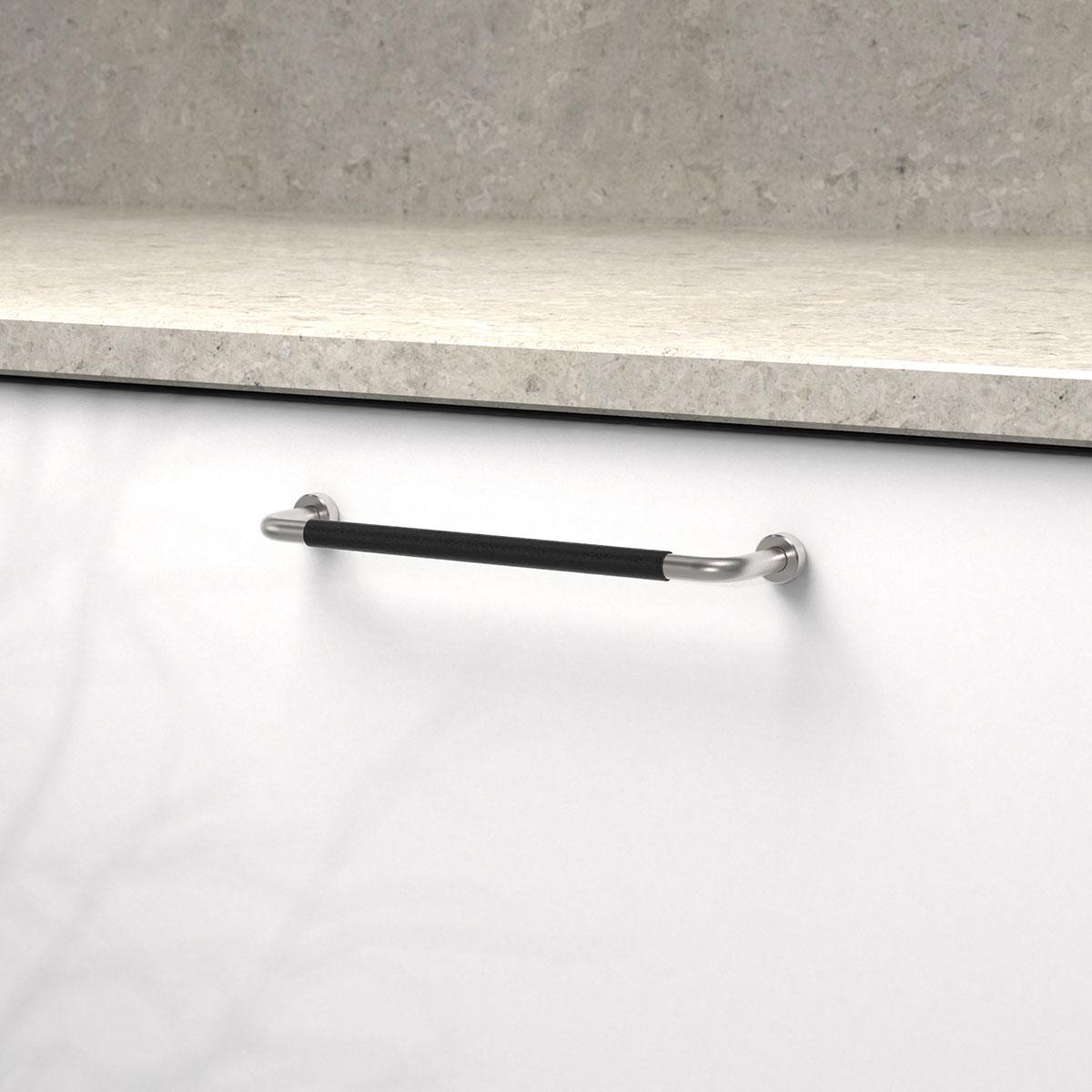 Handtag lounge rostfritt ladersvept svart 370106 11 cc 160 mm ncs s 0300 n kalksten