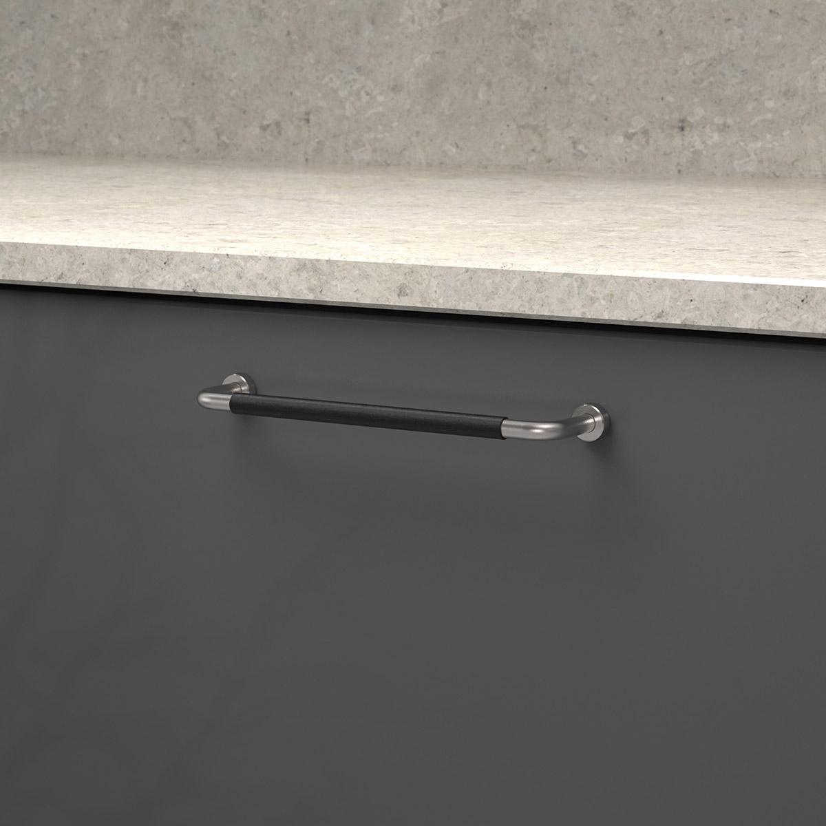 Handtag lounge rostfritt ladersvept svart 370106 11 cc 160 mm ncs s 7500 n kalksten