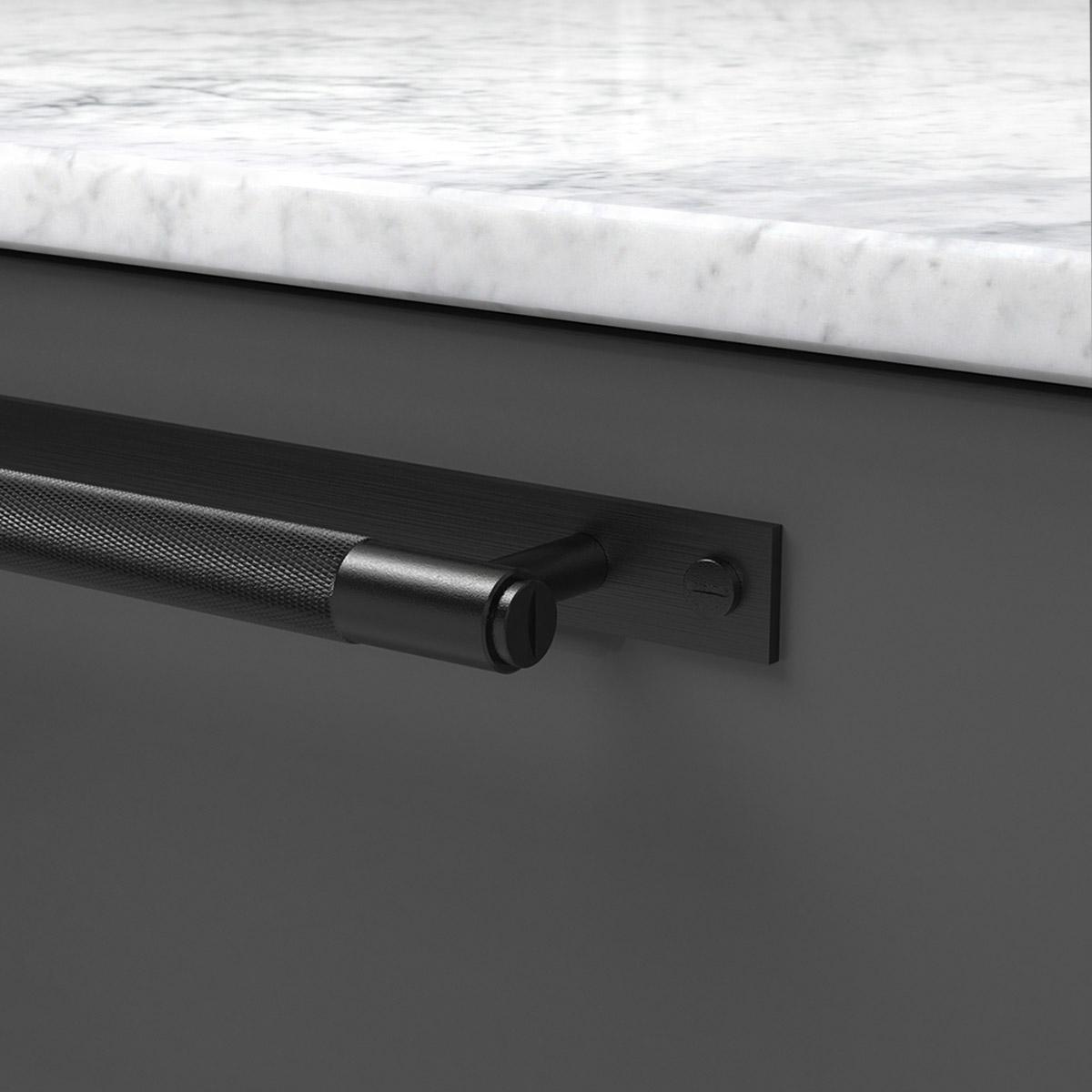 pull bar plate svart uk pb hp 260 bl a cc 225 mm ncs s 7500 n marmor carrara detalj